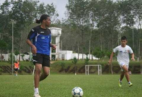 Denayer chơi bóng tại học viện Hàm Rồng-Gia Lai