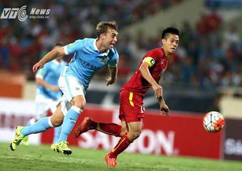 Văn Quyết vượt hậu vệ Man City, ghi bàn cho tuyển Việt Nam (Ảnh: Quang Minh)