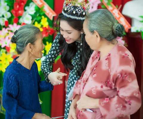Nhân dịp tháng tri ân, Hoa hậu đông Nam Á 2014 Triều Thu đã về Tiền Giang để thăm hỏi, tặng quà mẹ Việt Nam Anh hùng và gia đình chính sách.