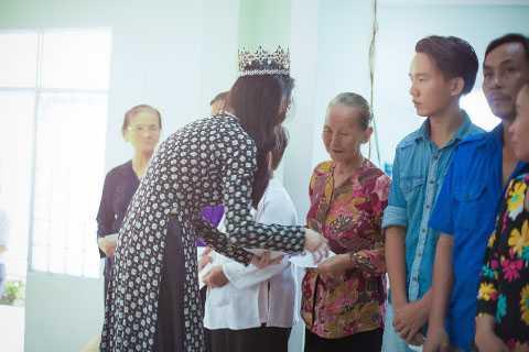 Hoa hậu Đông Nam Á Triều Thu xúc động bên các mẹ Việt Nam anh hùng, những người đã sinh ra cho dân tộc những người con ưu tú.