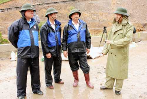 Ông Đặng Huy Hậu (bên phải) - Phó Chủ tịch Thường trực UBND tỉnh đã đi kiểm tra, chỉ đạo khắc phục đập chắn đất ở bãi thải Đông Cao Sơn.