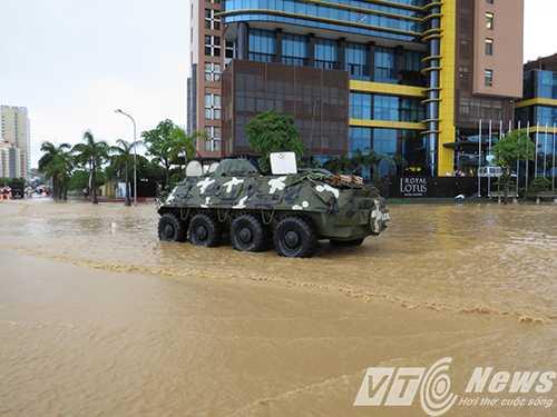 Quân đội sử dụng xe đặc chủng để hỗ trợ người dân ở Quảng Ninh.