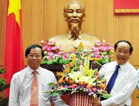 Ông Lê Phước Thanh, Bí thư Tỉnh ủy Quảng Nam (bìa trái) đã có đơn xin nghỉ hưu trước tuổi. (Ảnh: Ông Thanh tại buổi chức mừng ông Đinh Văn Thu được bầu giữ chức vụ Chủ tịch UBND tỉnh Quảng Nam)