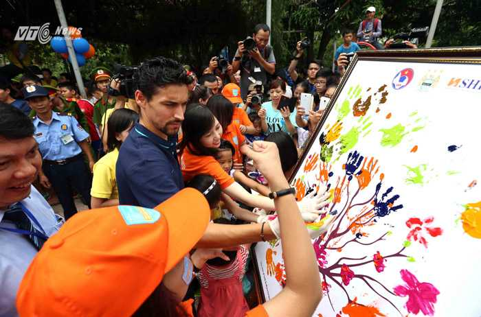 Jesus Navas tham gia vẽ tranh ở làng trẻ em SOS (Ảnh: Quang Minh)