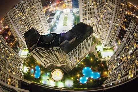 Nếu như trước đây, chúng ta chỉ có thể xuýt xoa cảm nhận phong cách sống trên đỉnh cao trong những bộ phim Hollywood, hay phải đến Hong Kong, Singapore… để tận mắt thưởng ngoạn quang cảnh toàn thành phố thì giờ đây, tại Việt Nam, tổ ấm trên cao không còn nằm ngoài tầm với. Ảnh: Ngô Việt Hùng.
