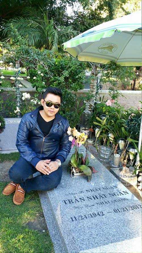 Hình ảnh Quang Lê ngồi lên mộ nhạc sĩ Trần Nhật Ngân mới đây gây tranh cãi.
