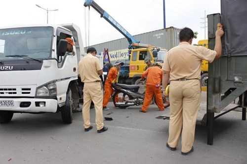 Đến 15h30, khi xe cứu hộ tới kéo xe tải đi giao thông Xa lộ Hà Nội (đoạn trước Khu Công nghệ cao) mới trở lại bình thường