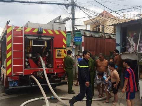 Lực lượng PCCC triển khai đội hình dập lửa