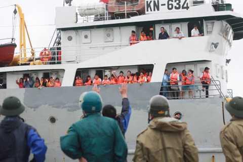 Tàu hải quân 634 đưa du khách rời đảo Cô Tô- ảnh Tiến Thắng