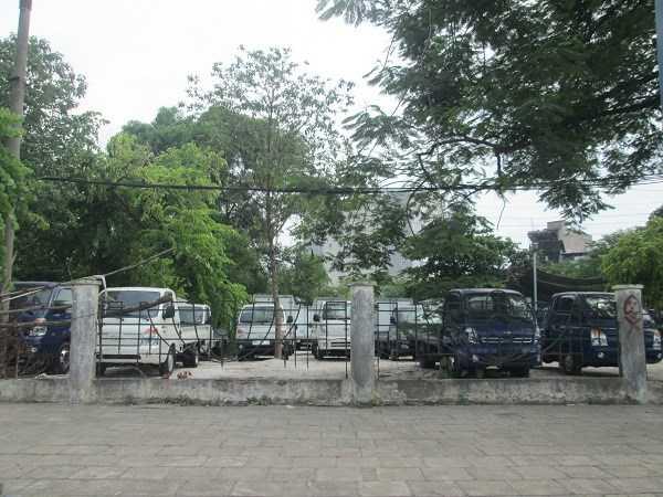 Một cửa hàng bán xe ô tô tải ở đường Nguyễn Văn Cừ (Long Biên)
