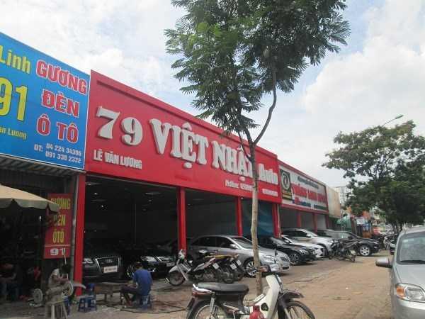 Cửa hàng bán xe hơi cũ trên đường Lê Văn Lương vắng khách mua, công nhân chủ yếu bảo dưỡng, sửa chữa xe hơi