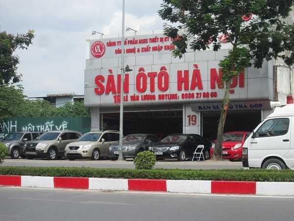 Một cửa hàng khác trên đường Lê Văn Lương cũng vắng khách không kém