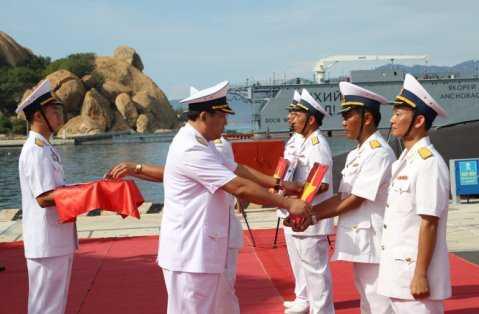 Chuẩn đô đốc Phạm Hoài Nam trao Quốc kỳ và cờ Hải quân cho thuyền trưởng các tàu - Ảnh: Hoàng Hà