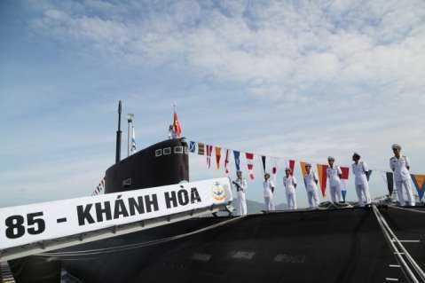 Thuyền trưởng và Chính trị viên Tàu 185-Khánh Hòa kéo Quốc kỳ và Cờ Hải quân trên tháp tàu - Ảnh: Hoàng Hà