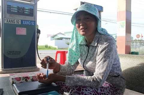 Chị Huỳnh Lan Thanh Trúc cung cấp thông tin liên quan đến vụ việc (ảnh Thơ Thịnh)