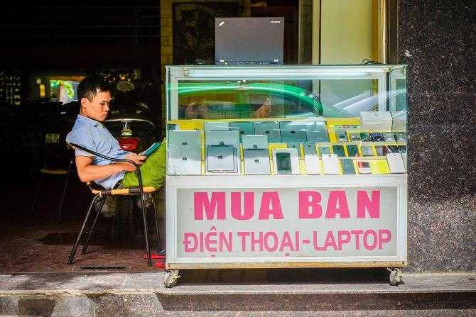 Phố Đặng Dung nằm ở trung tâm của Hà Nội, thủ đô của Việt Nam, có rất rất nhiều cửa hàng cầm đồ bán – còn thứ gì vào đây nữa? – iPhone và iPad.