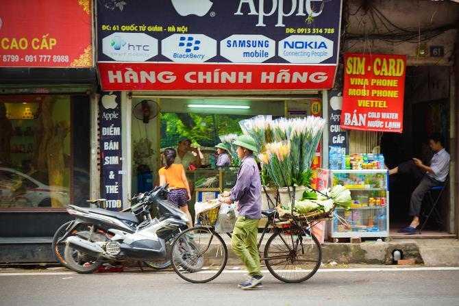 Một cửa hàng nằm đối diện Văn Miếu – trường Đại học đầu tiên của Việt Nam được xây dựng vào năm 1070 – có bán cả sản phẩm Apple và Samsung, Nokia cùng nhiều hãng khác.