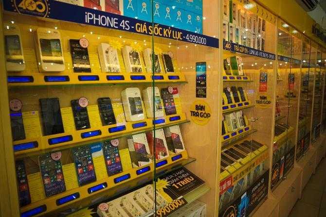 Những chiếc iPhone cũ – ví dụ như chiếc iPhone 4 của năm 2010 và chiếc iPhone 4S của năm 2011 – vẫn tiếp tục phổ biến tại Việt Nam, nơi mà nhiều người có thu nhập dưới 150 USD một tháng. Tại cửa hàng Thế Giới Di Động tại Hà Nội, một chuỗi cửa hàng điện thoại di động phổ biến tại Việt Nam, chiếc iPhone 4S 8GB có giá 4.999.000 VND, tương đương 229 USD.