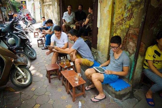 Văn hóa uống cà phê rất thịnh hành tại Việt Nam. Người ta có thể dành hàng giờ nhâm nhi ly cà phê đá Việt Nam, được pha thêm sữa đặc. Nhiều người giết thời gian bằng iPhone và iPad trong khi ngồi cùng bạn bề tại các quán cà phê.