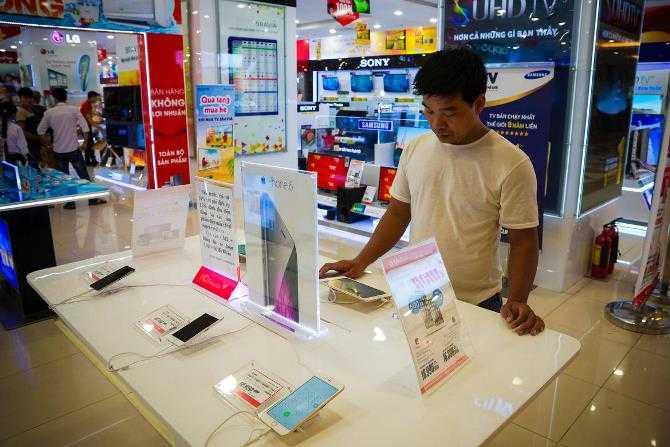 CEO của Apple, ông Tim Cook đã từng ghi nhận nhu cầu iPhone tại Việt Nam tăng cao bất chấp rằng lãnh thổ Việt Nam không có một cửa hàng Apple Store nào cả và rằng iPhone không hề rẻ.