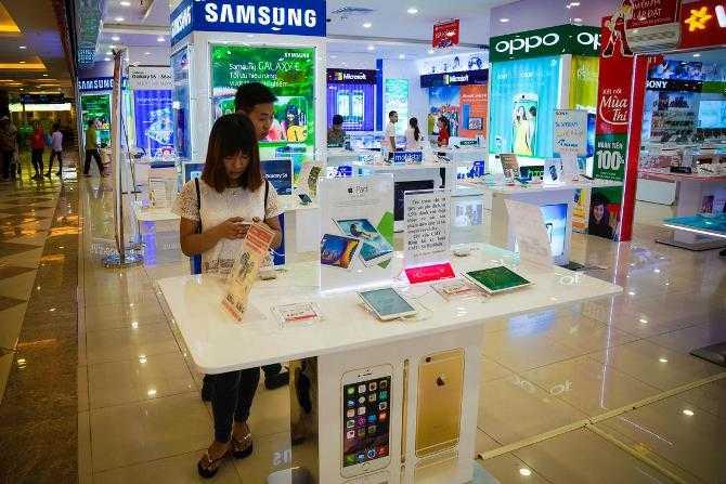 Theo số liệu từ Strategy Analytics, hơn một nửa số smartphone bán tại Việt Nam trong quý đầu năm là sản phẩm của Apple và Samsung. Công ty nghiên cứu thị trường công nghệ này cũng cho biết Việt Nam đang là thị trường điện thoại di động lớn thứ 11 trên thế giới khi tính về số lượng tiêu thụ.