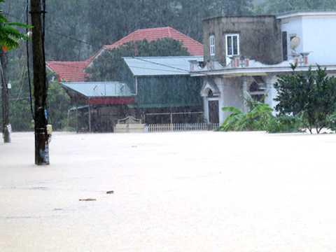 Quảng Ninh tiếp tục có mưa lớn, nhiều khu vực, nhà dân bị ngập lụt nghiêm trọng. Ảnh: Giang Chinh
