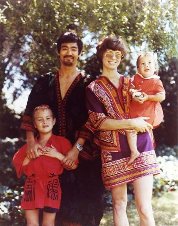 Lý Tiểu Long bên vợ - Linda và hai con. Con trai Lý Tiểu Long - Lý Quốc Hào - đã qua đời nhiều năm vì tai nạn phim trường.