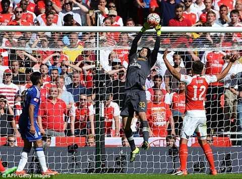 Cech ôm gọn bóng sau cú đánh đầu của Zouma