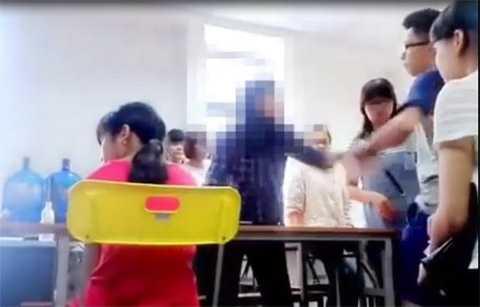 Hình ảnh cô giáo Lê Na giằng co, cãi nhau với học viên.
