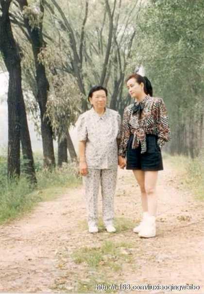 Hình ảnh hiếm hoi của Lưu Hiểu Khánh và mẹ.