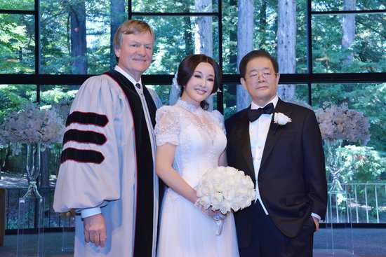 Người chồng thứ tư và là người chồng hiện tại của bà - Vương Hiểu Ngọc. Hai người đang tận hưởng cuộc sống viên mãn.