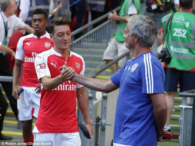 Mourinho bắt tay Ozil sau trận đấu