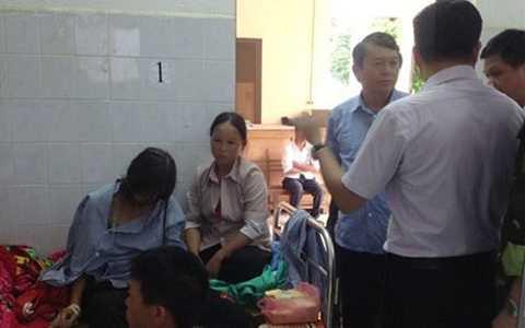 Trưởng Ban chỉ đạo Phòng chống lụt bão và Tìm kiếm cứu nạn tỉnh Cao Bằng động viên và hỗ trợ các nạn nhân tại Bệnh viện Đa khoa huyện Thông Nông (Ảnh: Báo Cao Bằng).