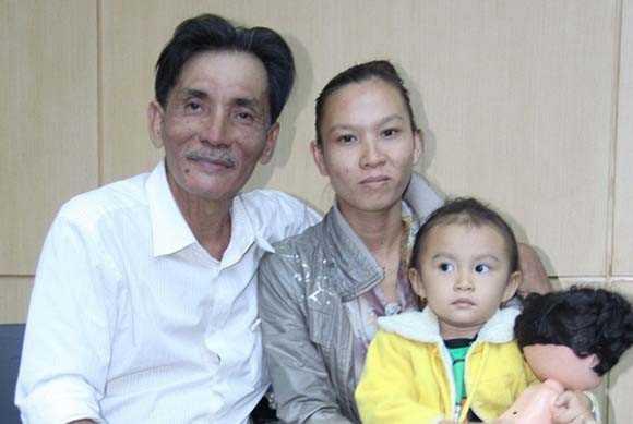 Diễn viên Thương Tín và người vợ hiện tại.