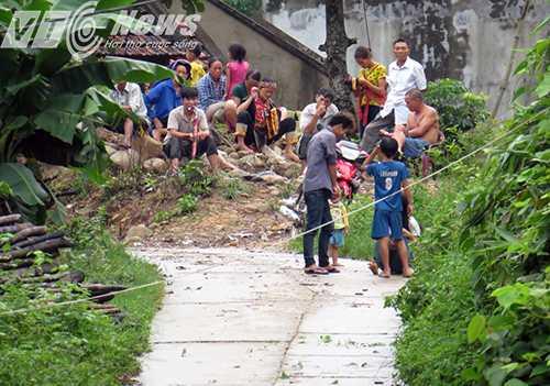 Người dân bị cô lập không thể ra khỏi bản mua sắm đồ ăn, thức uống, lương thực