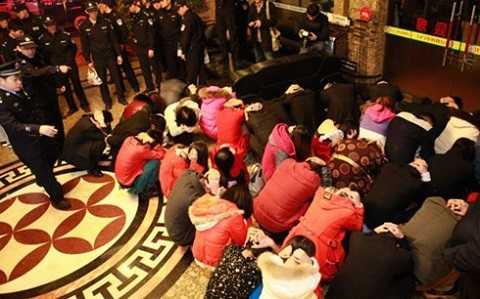 Cảnh sát Trung Quốc lùa gái mại dâm và khách mua dâm vào một chỗ trong đợt truy quét mại dâm tháng 2/2014