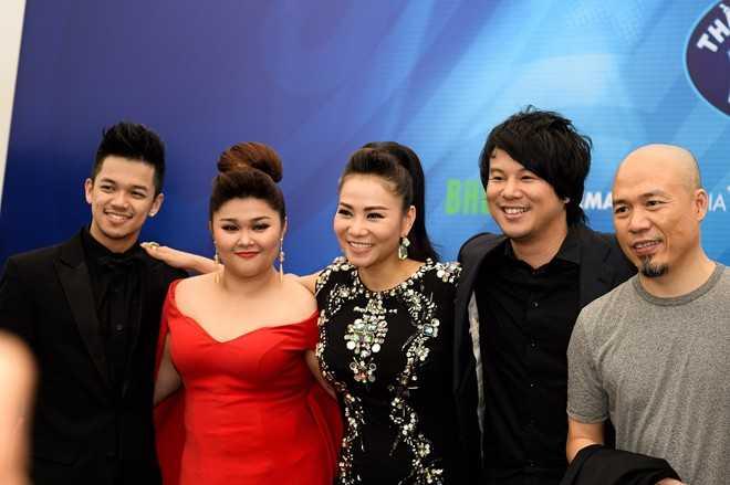 Trọng Hiếu - Bích Ngọc chụp ảnh cùng giám khảo Thu Minh - Thanh Bùi - Huy Tuấn sau đăng quang.