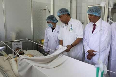 Bộ trưởng Y tế Nguyễn Thị Kim Tiến thăm anh Đấu lúc anh điều trị tại BV Chợ Rẫy.