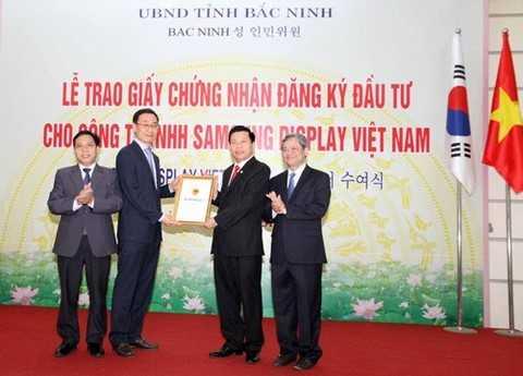 Lãnh đạo tỉnh Bắc Ninh trao giấy chứng nhận đầu tư 3 tỷ USD cho Samsung Display Việt Nam – dự án đầu tư tại KCN Yên Phong
