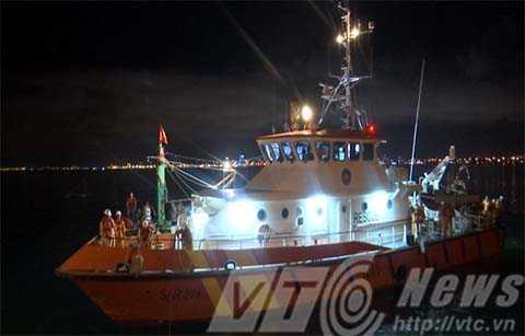 Tàu cứu nạn SAR 274 đã cập cảng, đưa 12 ngư dân tỉnh Bình Định bị nạn về Đà Nẵng an toàn.