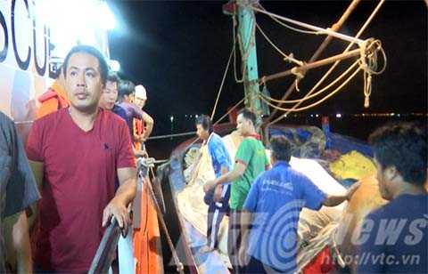 Ngư dân trêu tàu cá được chuyển lên bờ trong tâm trạng mệt mỏi