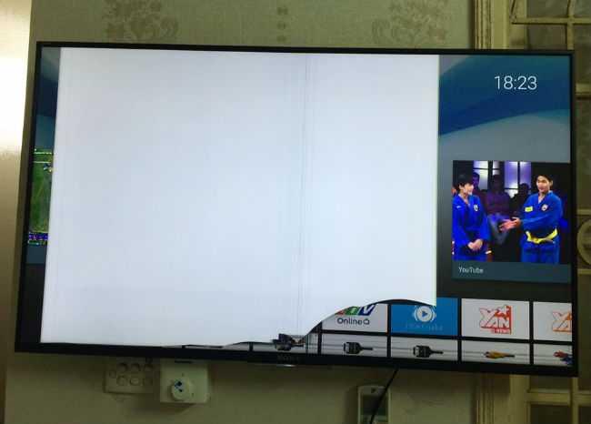 Tình trạng màn hình chiếc TV4K mới của anh Tuấn, chỉ hiện một góc màn hình nhưng bên ngoài không có vết xước và nứt