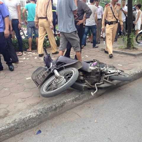 Chiếc taxi mất lái tông trúng một xe máy trên đường