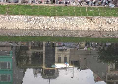 ...rồi lao xuống sông Tô Lịch và chìm dần.