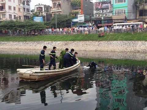 Lực lượng cứu hộ trục vớt chiếc taxi lên bờ