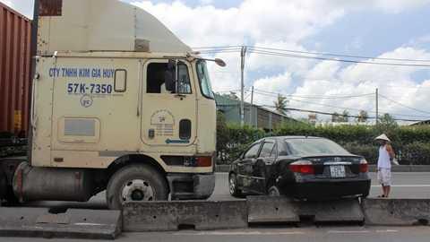 Cú húc mạnh xe đầu kéo container khiến ô tô bị đẩy văng hàng trăm mét
