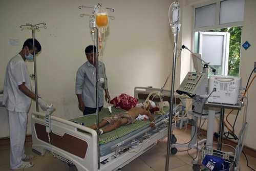 Cháu Nguyễn Ngọc Chiến đang được điều trị tại bệnh viện trong tình trạng nguy kịch.