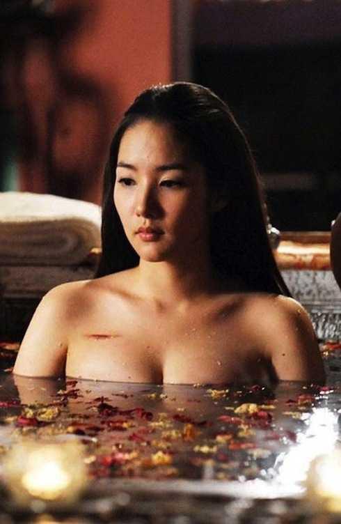 Cảnh tắm tâm trạng buồn của nhân vật doPark Min Young thủ vai trong   phim cổ trang Princess Ja Myung Gobị cho là lạm dụng việc hở ngực