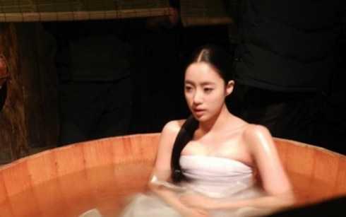 Nữ ca sỹ thần tượng Eun-jung nhóm T-ara trong cảnh tắm tâm trạng phim Queen Insoo để lộ vòng một bị ép chặt bởi lớp vải bó