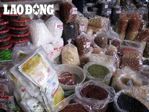 Một quầy hàng bán đủ các nguyên liệu không rõ nguồn gốc làm chè tại chợ Đồng Xuân.